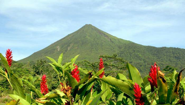 picture of the Arenal Volcano
